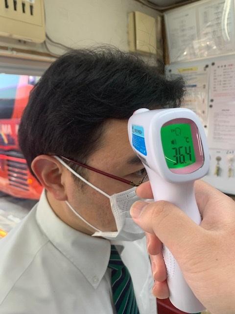 非接触検温器で乗務員の体温測定